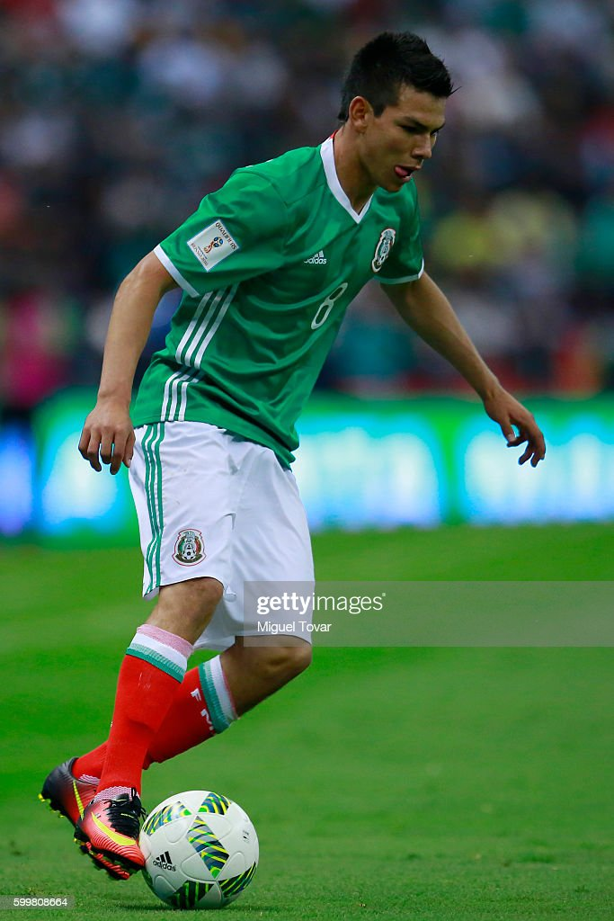 Hirving Lozano of Mexico drives the ball during a match between Mexico and Honduras as part of FIFA 2018 World Cup Qualifiers at Azteca Stadium on September 06, 2016 in Mexico City, Mexico.