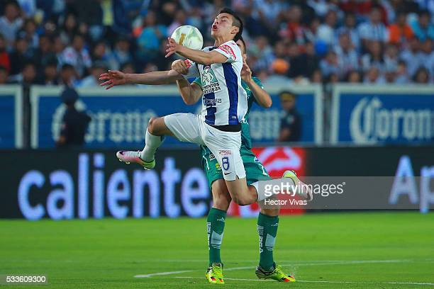 Hirving Lozano of Pachuca struggles for the ball with Efrain Velarde of Leon during the semi finals first leg match between Pachuca and Leon as part...