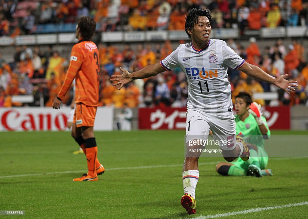 <a gi-track='captionPersonalityLinkClicked' href=/galleries/search?phrase=Hisato+Sato&family=editorial&specificpeople=713823 ng-click='$event.stopPropagation()'>Hisato Sato</a> of Sanfrecce Hiroshima celebrates scoring his team's third goal during the J.League match between Shimizu S-Pulse and Sanfrecce Hiroshima at IAI Stadium Nihondaira on October 26, 2014 in Shizuoka,Japan.