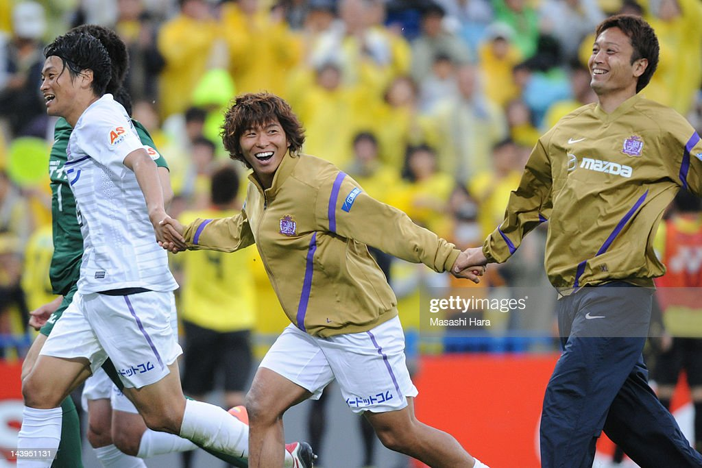 <a gi-track='captionPersonalityLinkClicked' href=/galleries/search?phrase=Hisato+Sato&family=editorial&specificpeople=713823 ng-click='$event.stopPropagation()'>Hisato Sato</a> #11 of Sanfrecce Hiroshima (2R) celebrates the win after the J.League match between Kashiwa Reysol and Sanfrecce Hiroshima at Hitachi Kashiwa Soccer Stadium on May 6, 2012 in Kashiwa, Japan.
