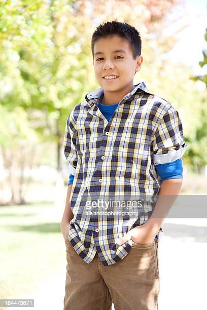 Hispanique garçon vêtu d'une chemise à motif écossais