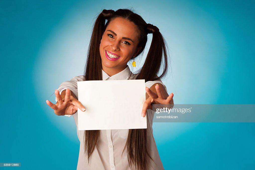 hispanic business mujer sosteniendo tarjetas en blanco : Foto de stock