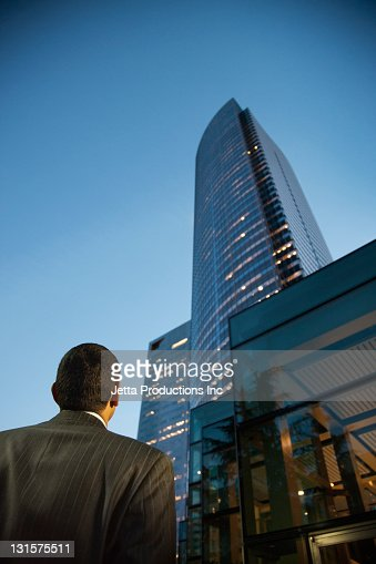 Hispanic businessman looking at city highrise : Foto de stock