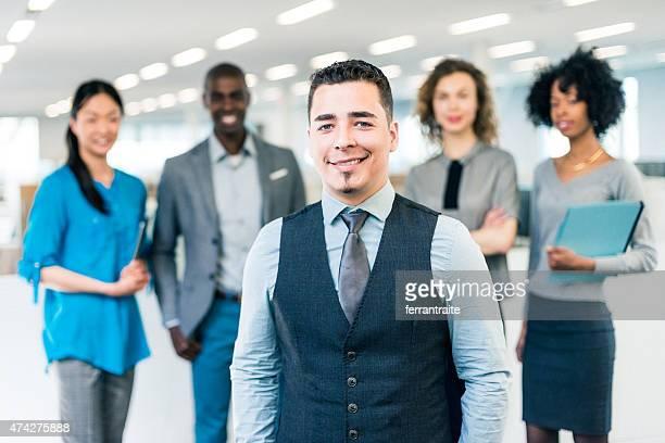ヒスパニックビジネスマンマネージャーの multiracial ビジネスチーム