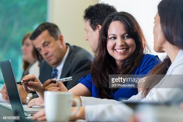 Hispanische Geschäftsfrau sprechen coworker bei business-seminar oder Konferenz