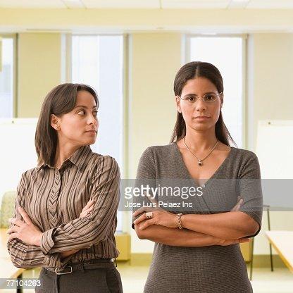 Hispanic businesswomen with arms crossed : Foto de stock