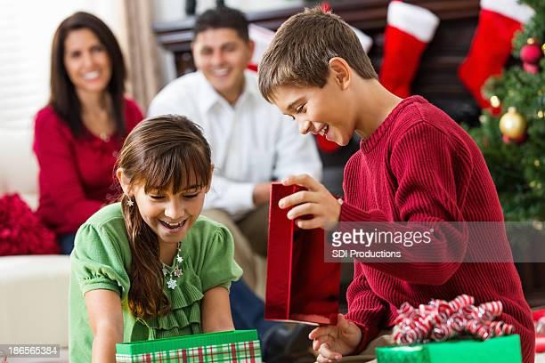 Hispanic enfants ouverture cadeau de Noël en famille