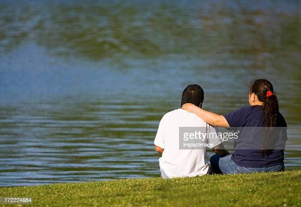 Pareja hispana al lago