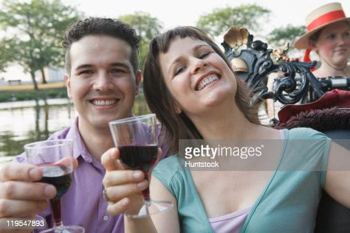 Hispanic couple holding glasses of wine in a gondola, Boston, Massachusetts, USA : Foto stock