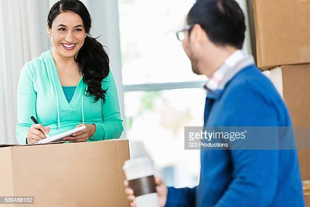 Hispanische paar Umzug Kartons Packen zusammen