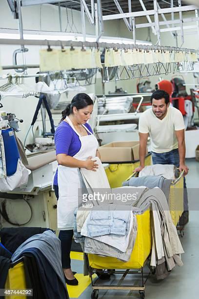 couple hispanique travaillant dans le nettoyage à sec