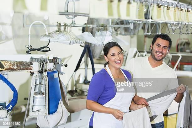 Hispânico Casal trabalha na limpeza a seco