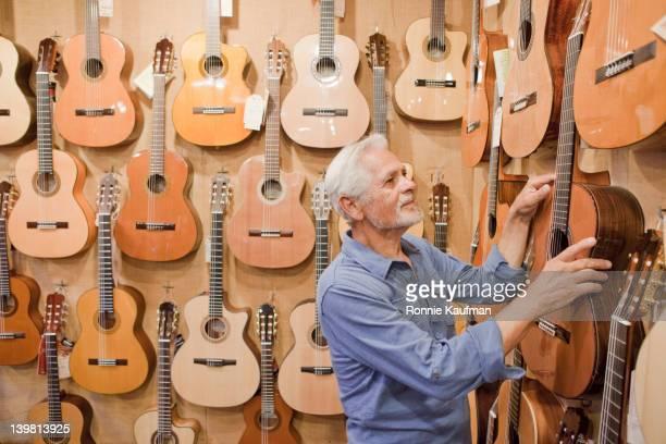 Hispanic de l'artisan turinois suspension de la guitare sur mur de magasin