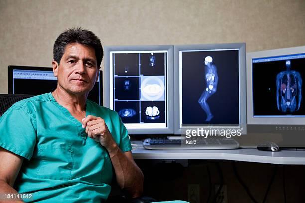 Hispanic medico con medico scansioni