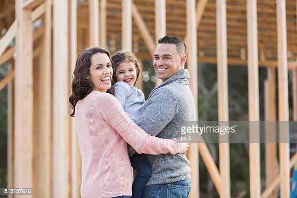 Famille hispanique construire une nouvelle maison, heureux fille