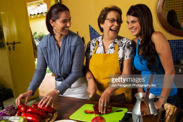 Hispânico família cozinhar juntos