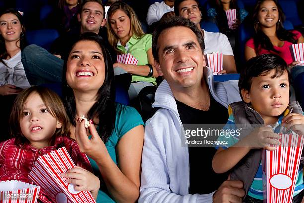 Hispanique famille dégustant du pop-corn au cinéma