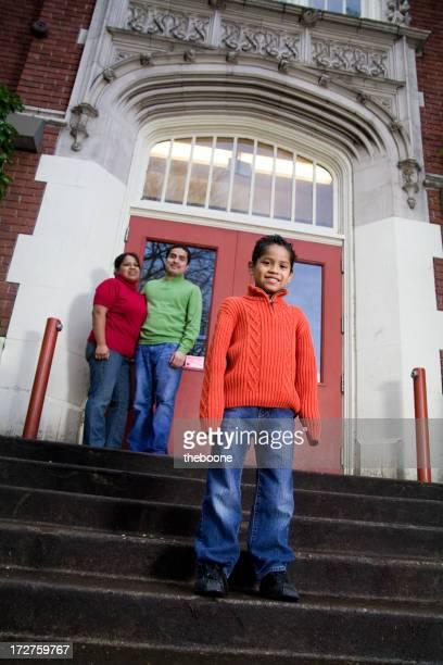Famille hispanique en face de l'école