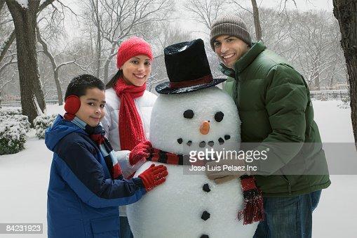 Hispanic family making snowman : Foto de stock