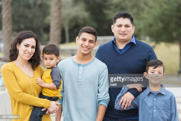 Famille hispanique avec trois garçons