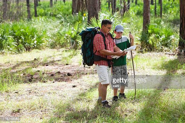 Ispanico Padre e figlio praticando escursionismo.