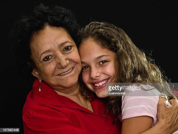 Hispanic abuela, que abrazan su granddaughter