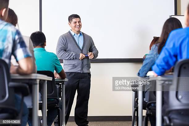 Hispanic männliche professor Unterricht Klasse vor whiteboard