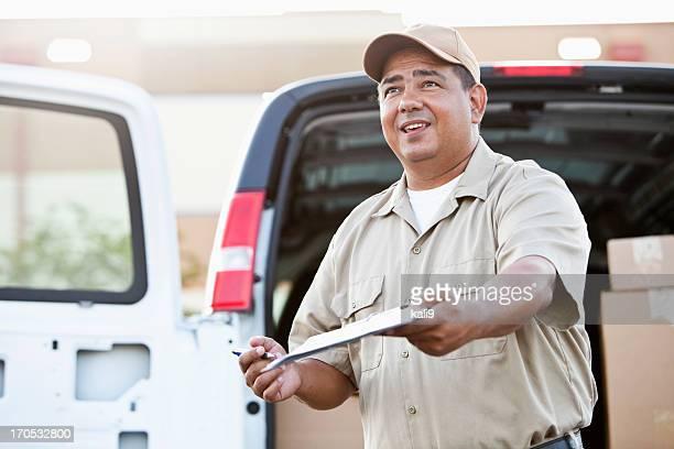 Livraison de colis d'homme hispanique