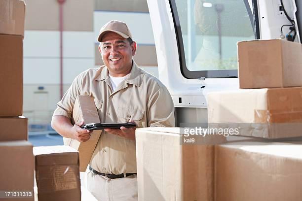 Ispanico Uomo che consegna pacchi