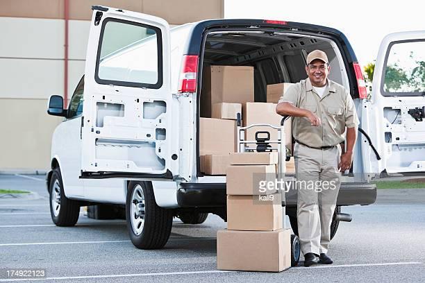 Hombre hispano entrega de paquetes