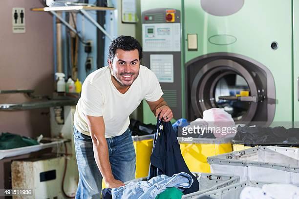 Homme hispanique travaillant dans une laverie automatique