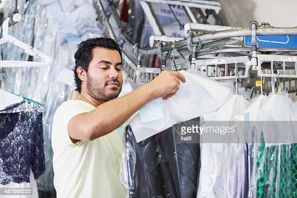 Homme hispanique travaillant dans de nettoyage à sec