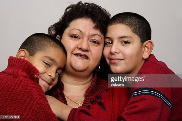 Hispanische Mutter und ihre Jungen
