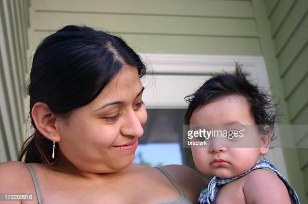 Hispanische Mutter und Baby