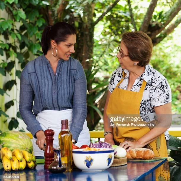 Hispanic Madre e hija cocinar juntos