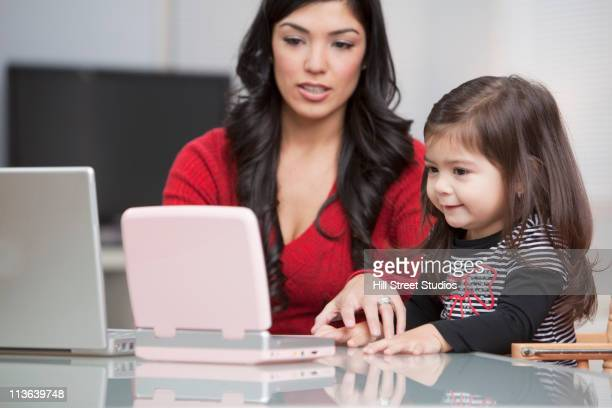 Hispanische Mutter und Tochter mit dvd-Spieler