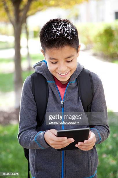 Hispanic étudiant à l'aide d'une tablette numérique