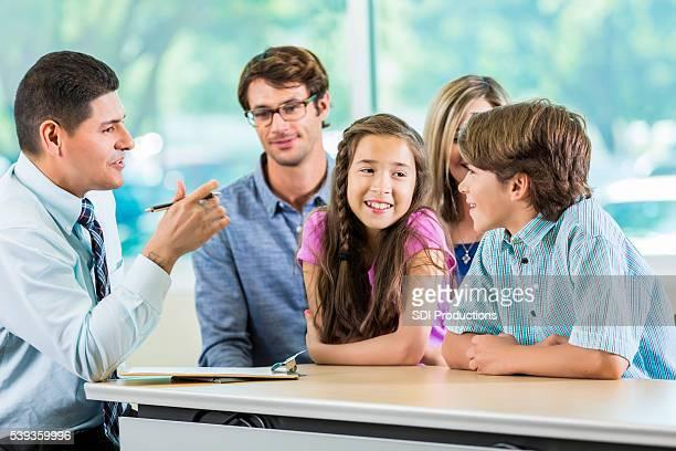 Réunion de famille hispanique avec professeur