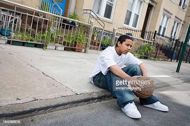 Hispânico adolescentes sentado no passeio