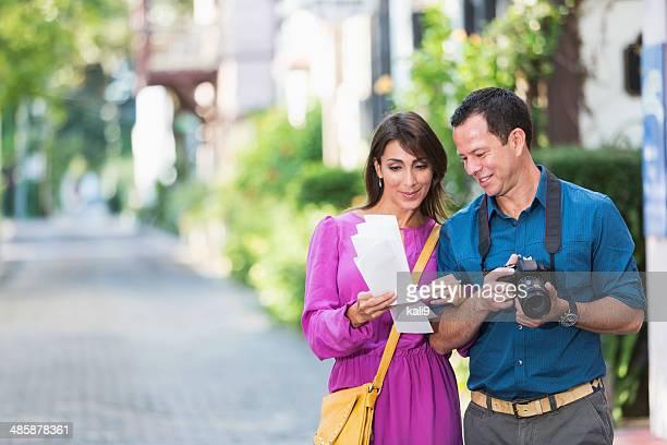 Hispanic les touristes avec caméra et carte