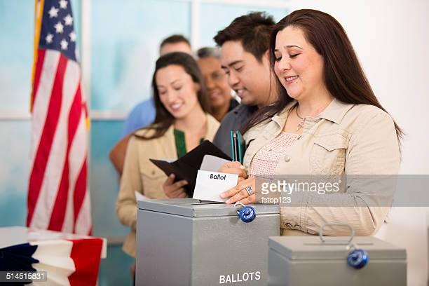 Femme hispanique projette de vote.  Novembre-Unis élection.  Électeurs arrière-plan.