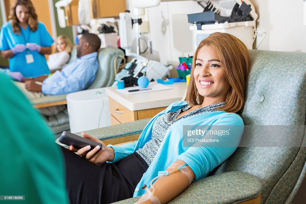 Femme hispanique sang faisant don à l'hôpital occupé Don bank : Photo