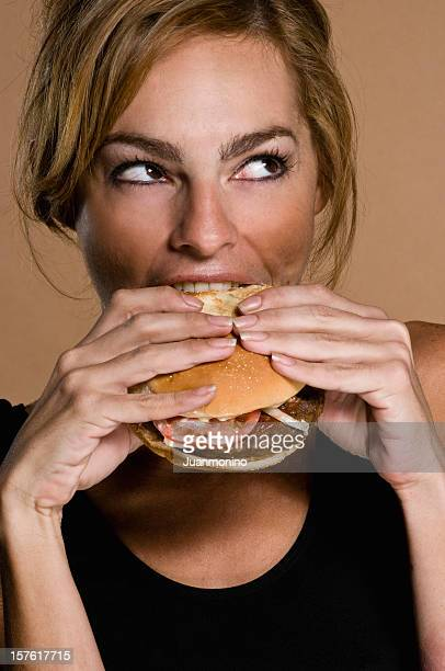 Hispanic Frau mit einen Hamburger