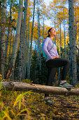 Hispanic Frau Wandern im Wald