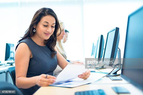 Hispanic Frau in Computer Lab
