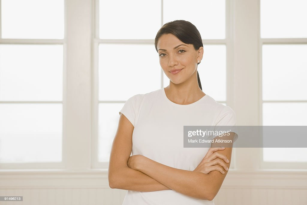 Hispanic woman with arms crossed : Stock-Foto