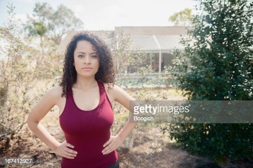 Hispanic Frau mit Händen auf den Hüften : Stock-Foto