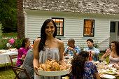 Hispaniques au jardin extérieur de la maison de campagne