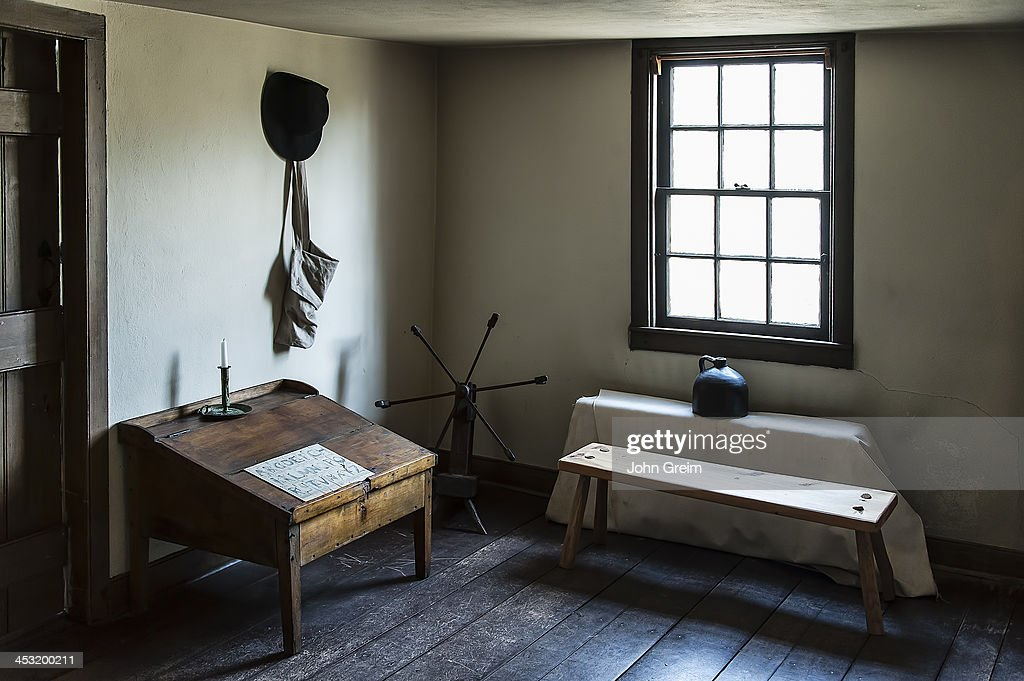 Historic american colonial house interior pictures for Colonial farmhouse interior design