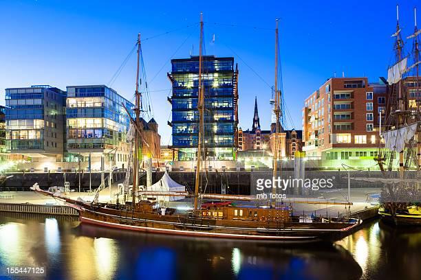 Historische Boote in einer modernen Stadt